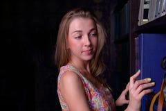 La bella ragazza del primo piano con capelli biondi lunghi prende il libro Fotografia Stock