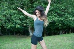 La bella ragazza dell'atleta salta sul parco di Camaldoli Fotografie Stock Libere da Diritti