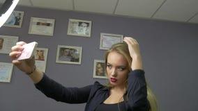 La bella ragazza fa il selfie stock footage