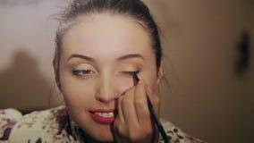 La bella ragazza fa un trucco stock footage