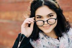 La bella ragazza felice dei pantaloni a vita bassa va nella città Primo piano del fronte d'avanguardia della ragazza Fotografia Stock