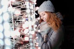 La bella ragazza felice nell'inverno tricottato alla moda copre fotografia stock libera da diritti