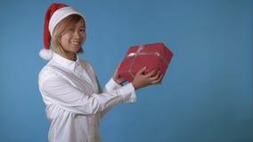 La bella ragazza gradisce il regalo della tenuta di Santa video d archivio