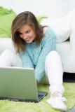 La bella ragazza lavora al computer Immagini Stock