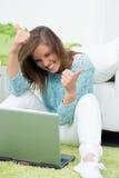 La bella ragazza lavora al computer Immagini Stock Libere da Diritti