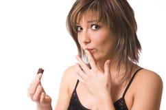 La bella ragazza mangia un dolce Fotografia Stock Libera da Diritti
