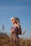 La bella ragazza nel campo con frumento Immagini Stock Libere da Diritti