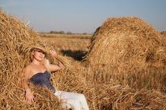 La bella ragazza nel campo con frumento Fotografia Stock Libera da Diritti