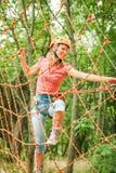 La bella ragazza nel parco sulle corde raggiunge all'aperto fotografie stock libere da diritti
