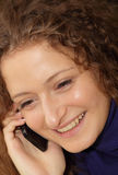 La bella ragazza parla dal telefono fotografia stock libera da diritti