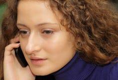 La bella ragazza parla dal telefono fotografie stock