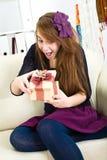 La bella ragazza riceve un regalo Fotografie Stock Libere da Diritti