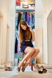 La bella ragazza sceglie le scarpe Immagini Stock Libere da Diritti