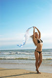La bella ragazza sensuale si leva in piedi su una spiaggia Fotografia Stock