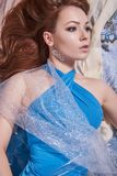 La bella ragazza sensuale si trova in tessuti colorati Immagine Stock
