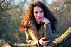 La bella ragazza si è appoggiata un albero, autunno fotografie stock