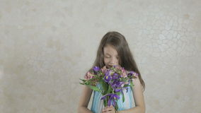 La bella ragazza si rallegra i fiori donati dello spargimento e del mazzo video d archivio