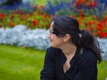 La bella ragazza si rilassa in un parco Fotografie Stock