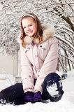 La bella ragazza si siede sopra per nevicare Fotografie Stock