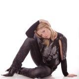 La bella ragazza si siede sul pavimento fotografie stock libere da diritti