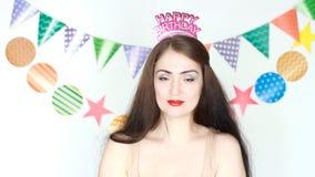 La bella ragazza sorride ed invia a baci dell'aria il buon compleanno congratulazione Ritratto di giovane primo piano felice dell stock footage