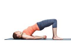 La bella ragazza sportiva degli Yogi di misura pratica i bandhas di setu di asana di yoga immagini stock libere da diritti