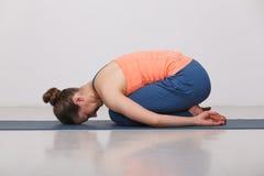 La bella ragazza sportiva degli Yogi di misura pratica l'yoga Fotografia Stock