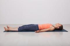 La bella ragazza sportiva degli Yogi di misura si rilassa nell'yoga immagini stock libere da diritti