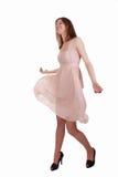 La bella ragazza sta muovendosi in vestito leggero Fotografia Stock