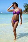 La bella ragazza su una spiaggia Immagini Stock Libere da Diritti