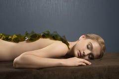 La bella ragazza sulla procedura del massaggio fotografia stock libera da diritti