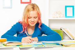 La bella ragazza teenager abile fa il compito a homw Fotografia Stock