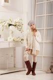 La bella ragazza teenager posa nello studio della foto Immagini Stock