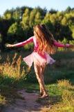 La bella ragazza teenager sta ballando fuori al tramonto dell'estate Immagini Stock