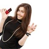 La bella ragazza tiene allegro il telefono fotografie stock