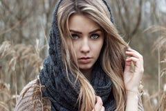 la bella ragazza triste sta camminando nel campo Foto nei toni marroni fotografie stock libere da diritti