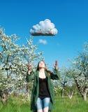 La bella ragazza in un giardino della mela ed in una nuvola blu Fotografie Stock Libere da Diritti