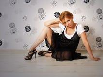 La bella ragazza in un vestito nero Fotografia Stock Libera da Diritti
