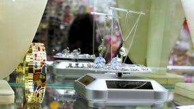 La bella ragazza in una gioielleria sceglie i gioielli video d archivio