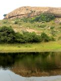 La bella riflessione della collina nello stagno al complesso sittanavasal del tempio della caverna Fotografie Stock Libere da Diritti