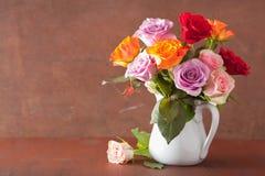 La bella rosa variopinta fiorisce il mazzo in vaso immagine stock