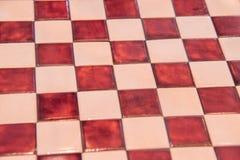 La bella scacchiera pietrosa con i quadrati rossi senza figure gradisce fotografia stock