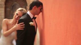 La bella sposa bionda felice ha toccato amoroso il suo sposo premuroso Centro storico di Sunny Lviv su fondo archivi video