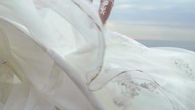 La bella sposa bionda su una passeggiata dal mare stock footage