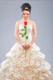 La bella sposa con è aumentato in studio Fotografia Stock