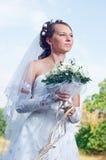 La bella sposa felice osserva giù Fotografia Stock Libera da Diritti