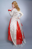 La bella sposa si è vestita in vestito esclusivo Fotografia Stock