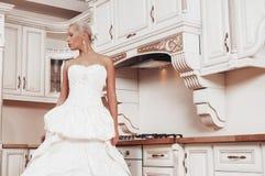 La bella sposa si leva in piedi nella cucina Fotografia Stock Libera da Diritti