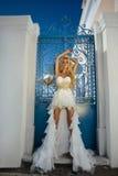 La bella sposa in un vestito da sposa su Santorini in Grecia. Fotografie Stock