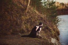 La bella strega della ragazza evoca nel legno fotografie stock libere da diritti